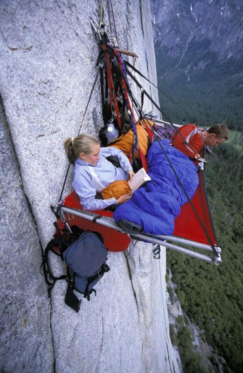 mujer acostada en una carpa e la altura