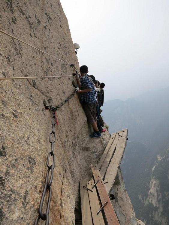 hombre escalando un risco