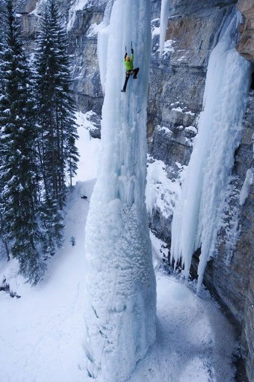 catarata congelada y personas escalando