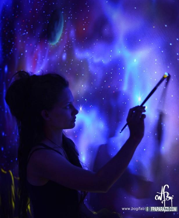 mujer bogi fabian pintando una pared color neon