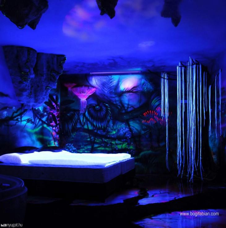 cuarto oscuro con paredes neon