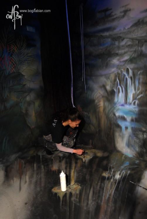 mujer bogi fabian pintando pared