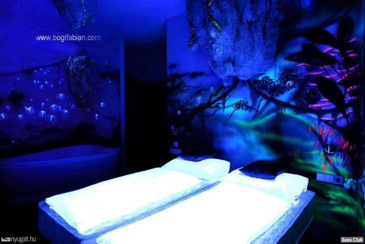 cuarto con cama y pared pintadas neon