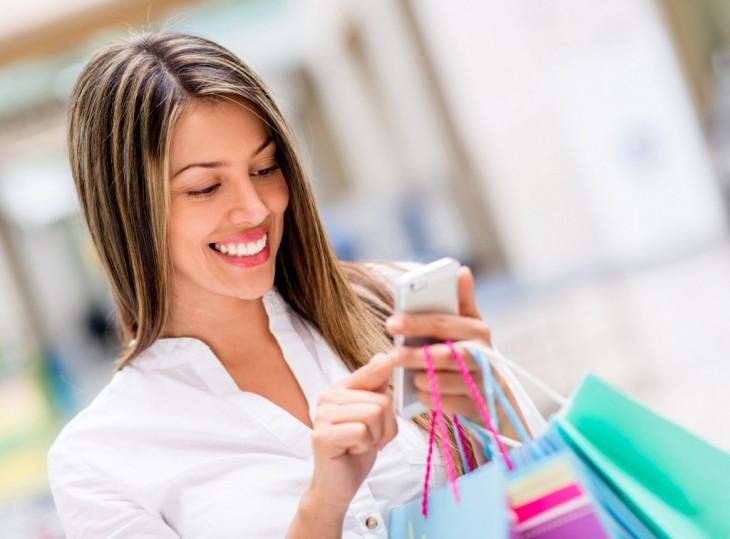 mujer sonriendo porque recibio un mensaje de texto