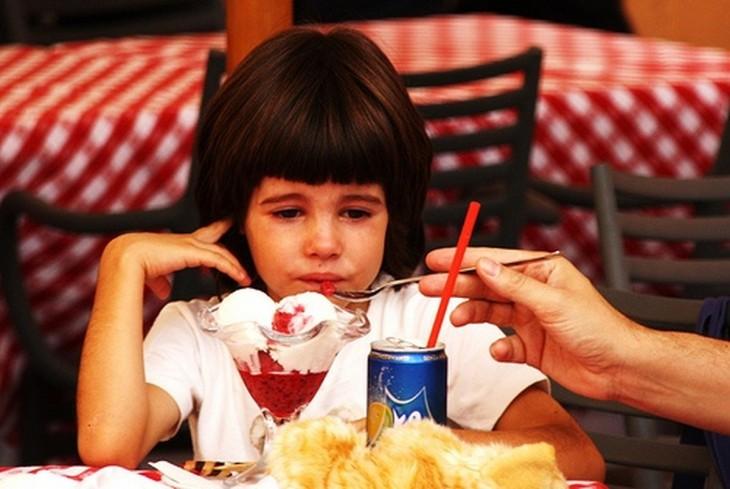 niño consentido comiendo helado