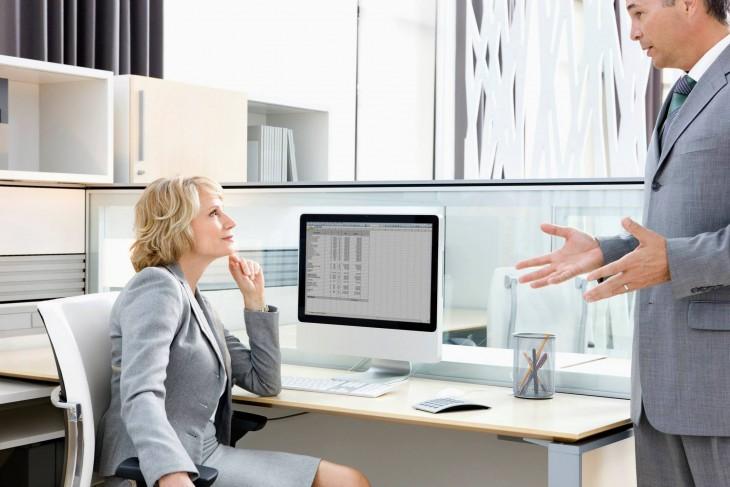 mujer en oficina hablando con un hombre