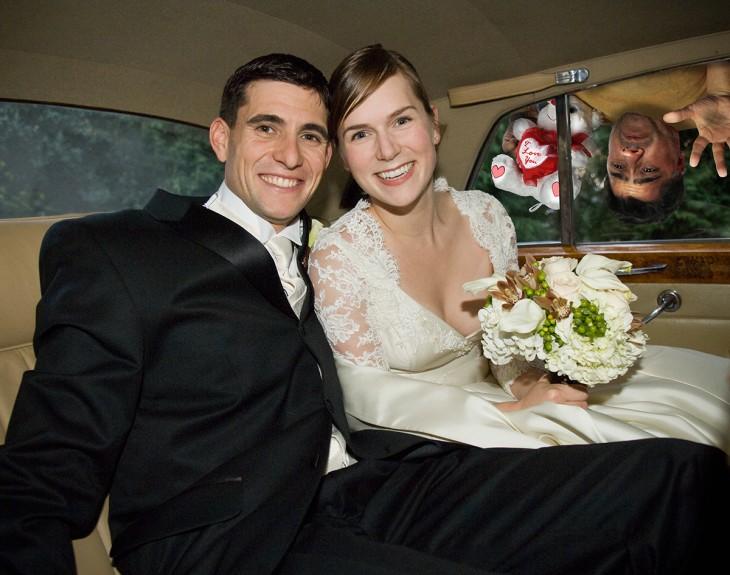 pareja de recien casados y un tercero