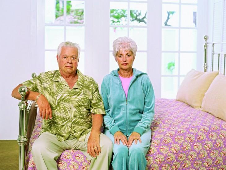 pareja de abuelos sentados en la cama