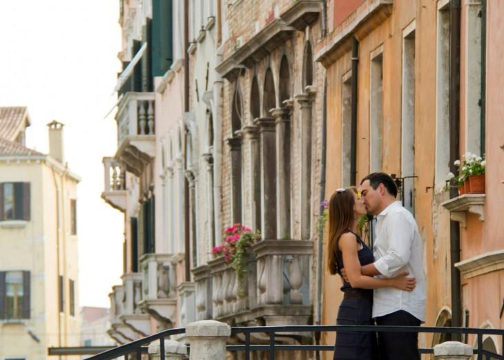 hombre besando a mujer en la calle