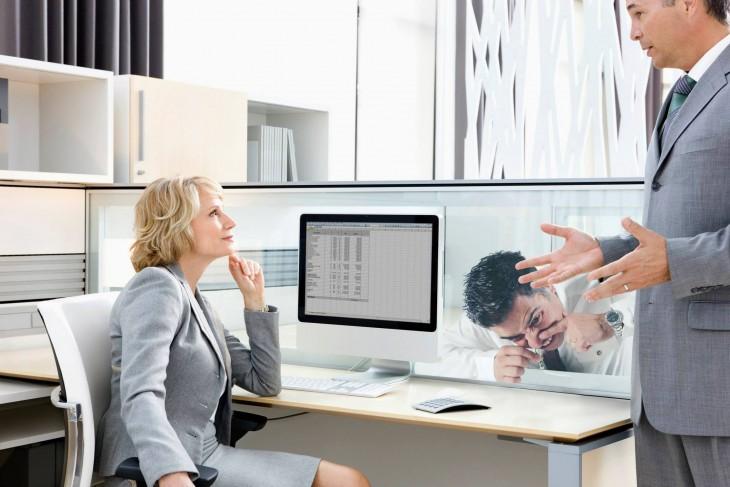 mujer en oficina hablando con un hombre y otro consumiendo coca