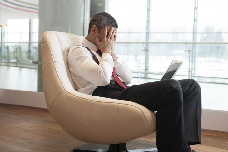 hombre sentad llorando