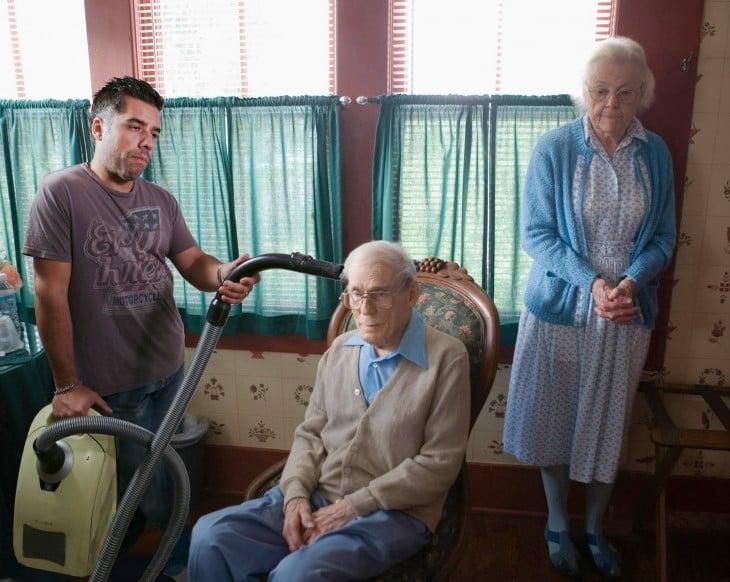 pareja de abuelos en el living solos