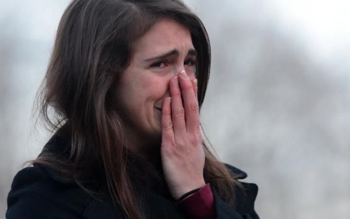 mujer llorando tapandose la nariz