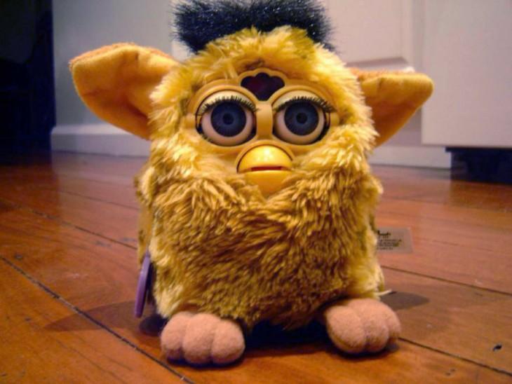 Furby amarillo con negro