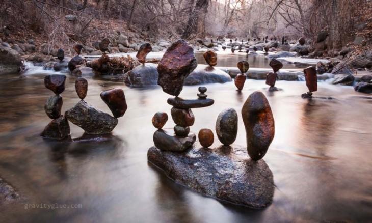 muchos monumentos hecho de piedras en el rio