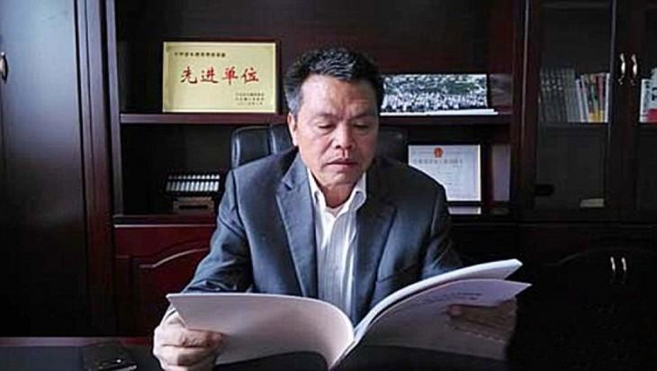 chino leyendo el diario Xiong Shuihua