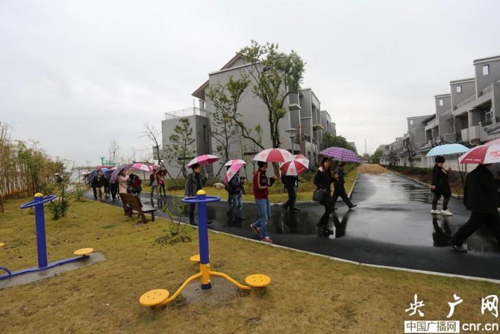 grupo de gente con paraguas bajo la lluvia Xiong Shuihua