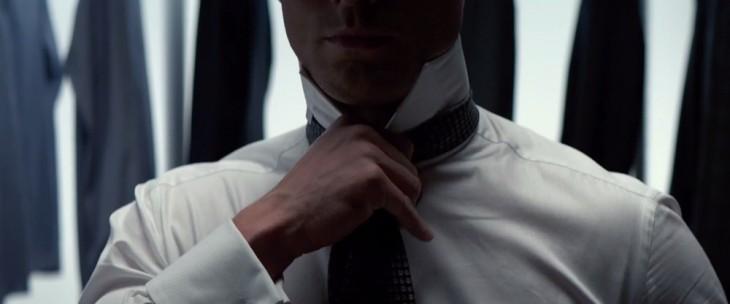 Christian grey ajustando corbata