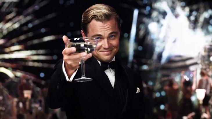Leonardo Dicaprio con una copa de vino en la mano