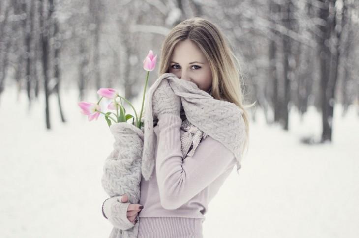 mujer tapandose la boca con una bufanda