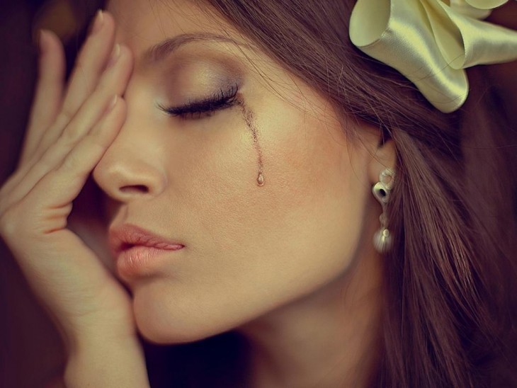 mujer llorando tocandose el rostro