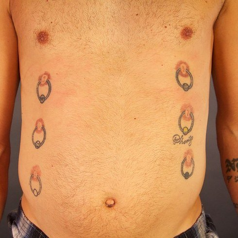 horrible tatuaje de 6 pezones con piercings