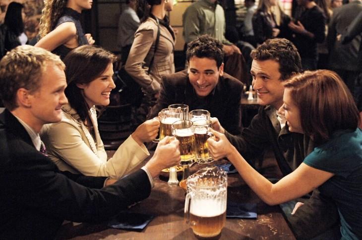 amigos haciendo un brindis con sus cervezas