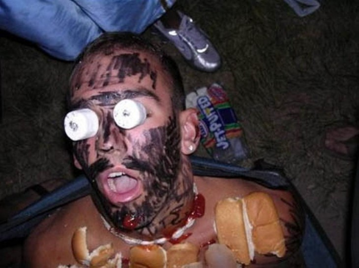 borracho durmiendo, cubierto de hotdogs