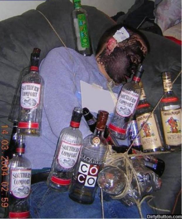 durmiendo ebrio lo rodesn de botellas
