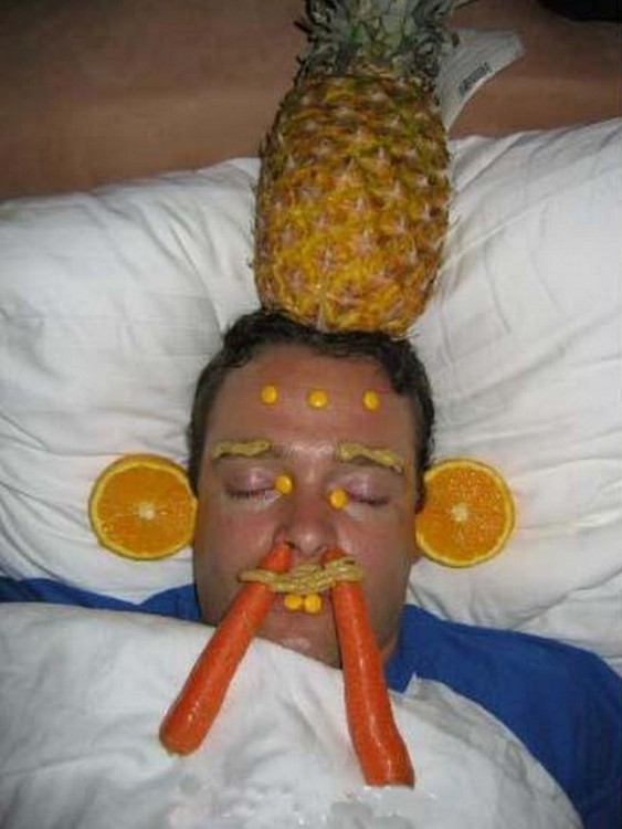 duerme, con ananana, narania y zanahorias, decorando su cabeza