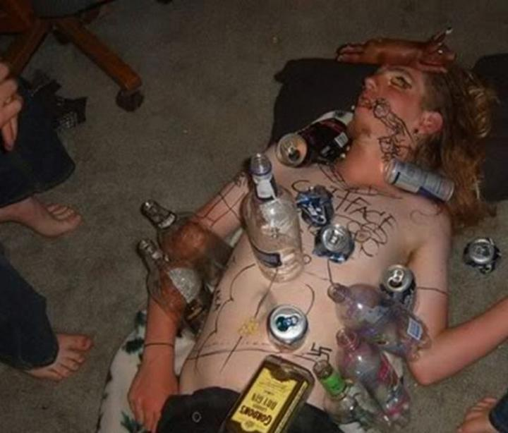 borracho dormido, pintado tapado en botellas