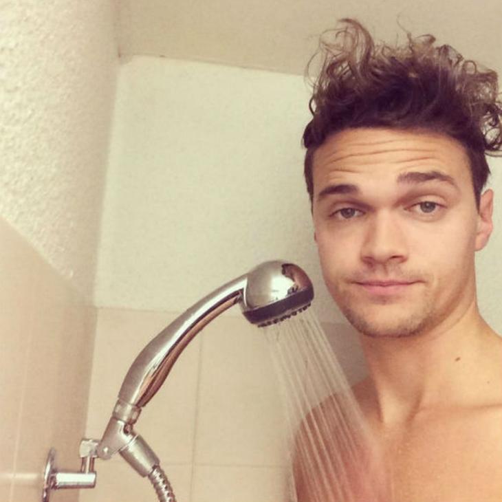 persona muy alta duchandose