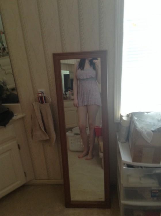 chica alta no se refleja en el espejo