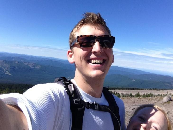 alto se toma selfie con una bajita