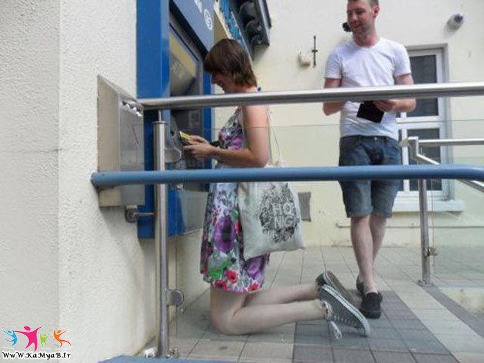 alta de rodillas para usar un cajero