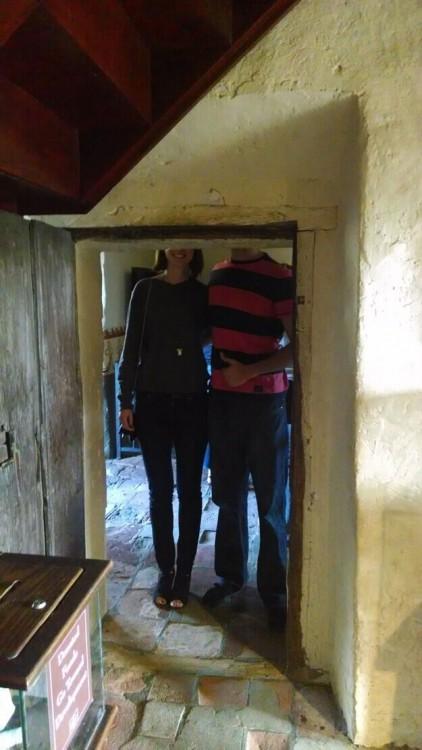 pareja de altos, por pasar una puerta