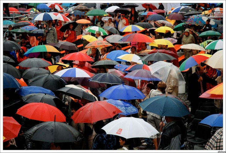 gente camina con paraguas de colores