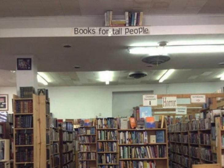 biblioteca, con libros para gente alta