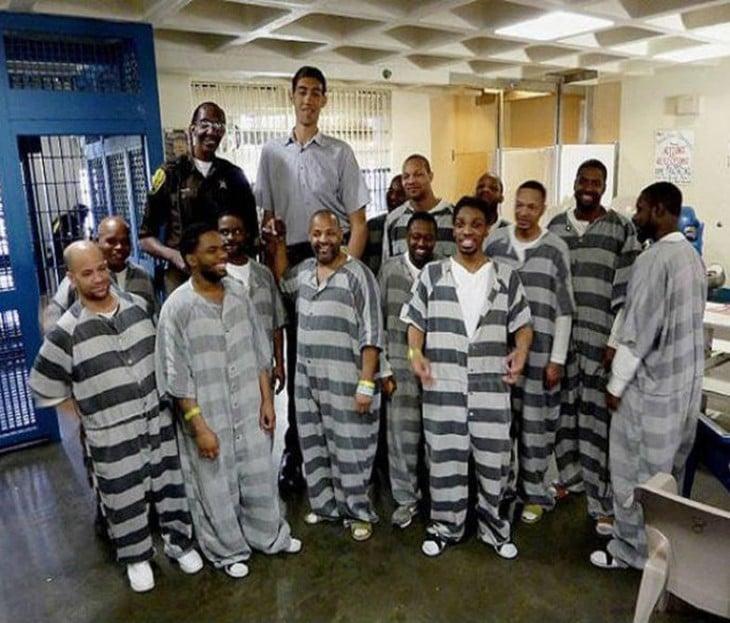 prisión juvenil, con guardias altos