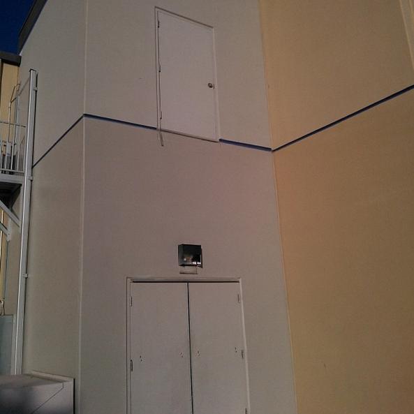 puerta colocada sobre otra puerta