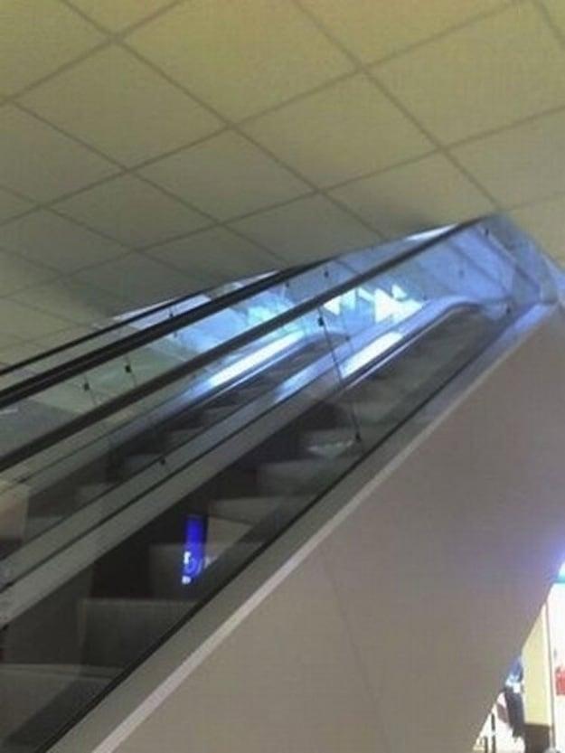 escaleras eléctricas obstruidas por el techo del segundo piso