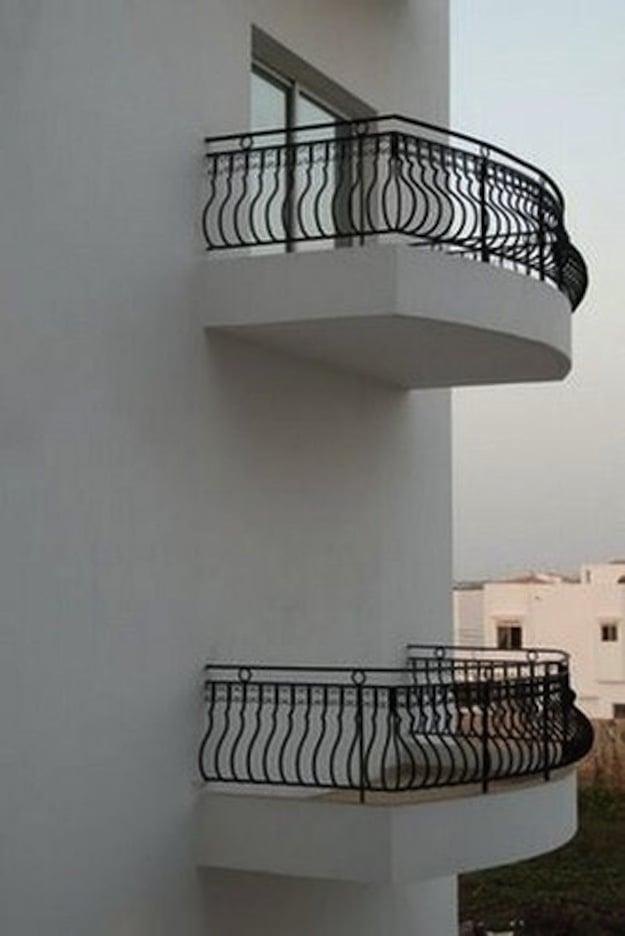 balcones hechos de metal y a uno le falta una ventana