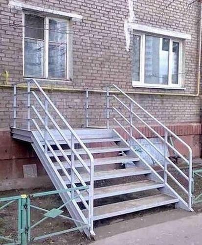 escaleras que llevan a una ventana