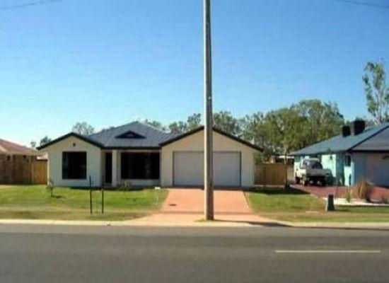 cochera de una casa obstruida por un poste de luz