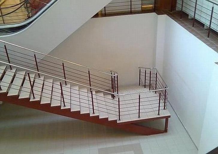 escaleras pintadas de rojo que no llevan a ninguna parte