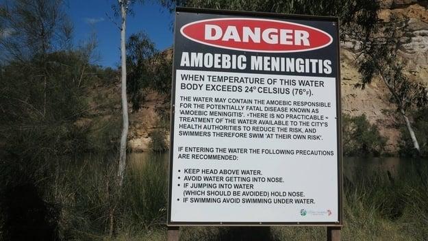 letrero de peligro por el agua dulce contaminada