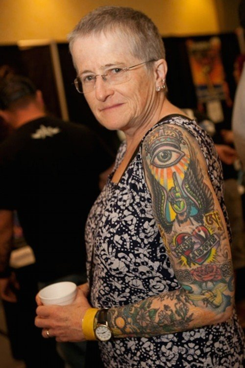 mujer con el brazo izquierdo tatuado