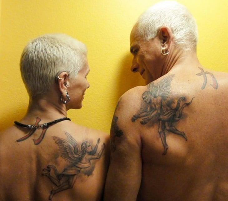 pareja de edad mayor luciendo tatu