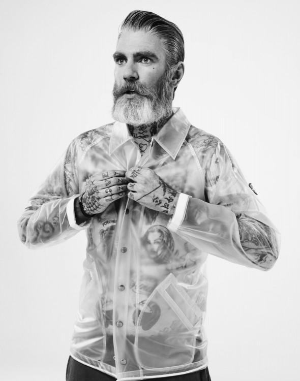 Hombre guapo de edad mayor con tatuajes en el cuerpo