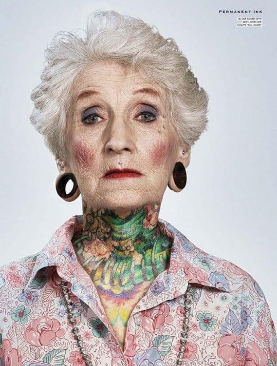 Mujer adulta con tatuajes en el cuerpo y expansiones en las orejas
